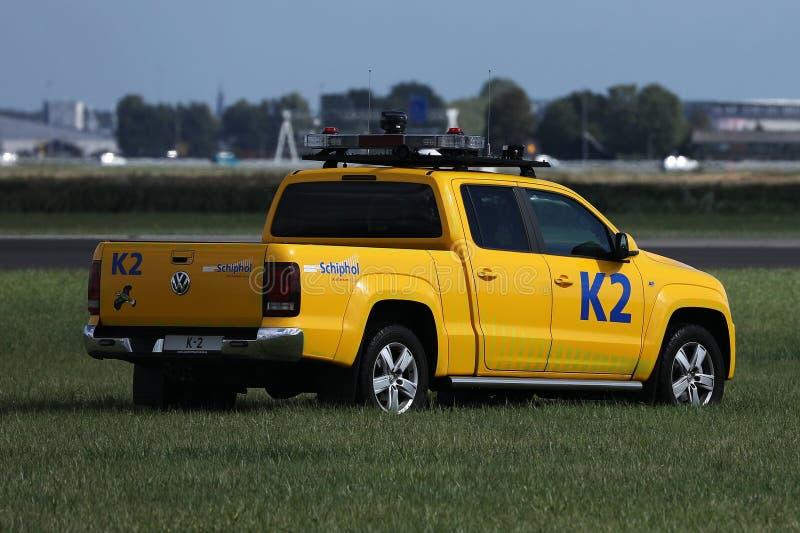 Säkerhetsbil som kontrollerar landningsbanan i Amsterdam flygplatsSchiphol AMS arkivbilder