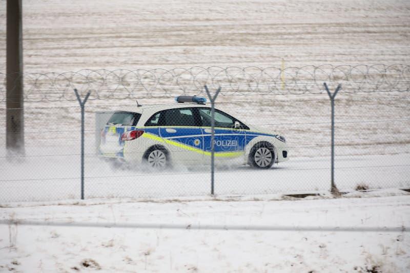 Säkerhetsbil som kontrollerar landningsbanan i vintertid royaltyfri foto