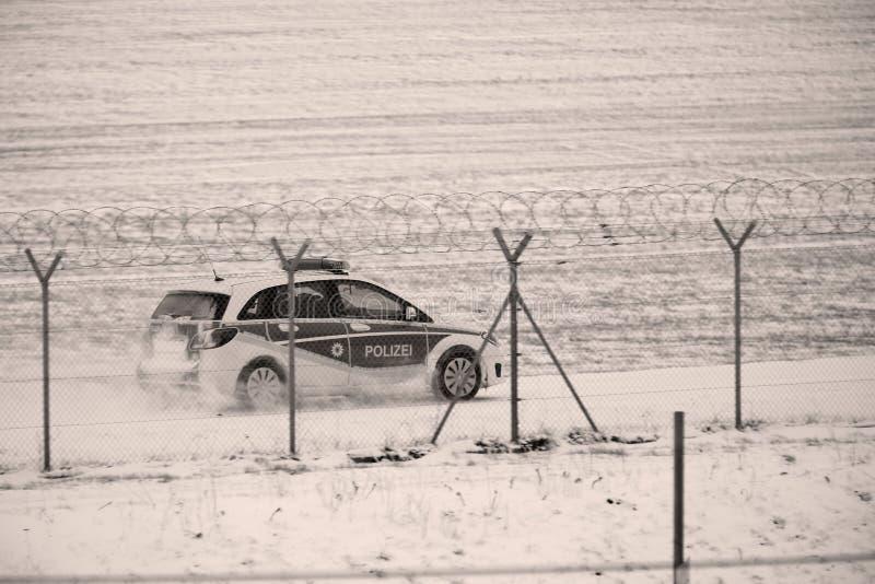 Säkerhetsbil som kontrollerar landningsbanan i vintertid arkivbilder