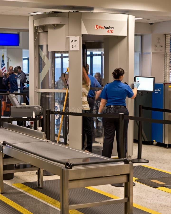 Säkerhetsbildläsare på flygplatsen arkivbild