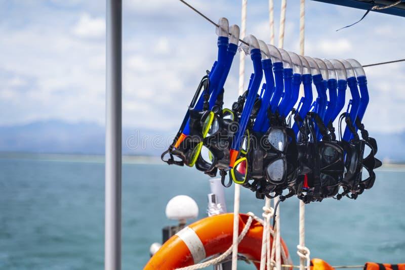 Säkerhetscirkel och snorklaskyddsglasögon på yachten nära den strandPlaya anconen nära Trinidad royaltyfri fotografi
