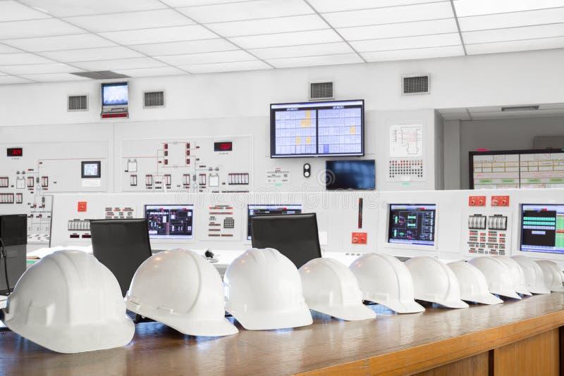 Säkerhetshjälm för personal i kontrollrum av den termiska kraftverket royaltyfri foto