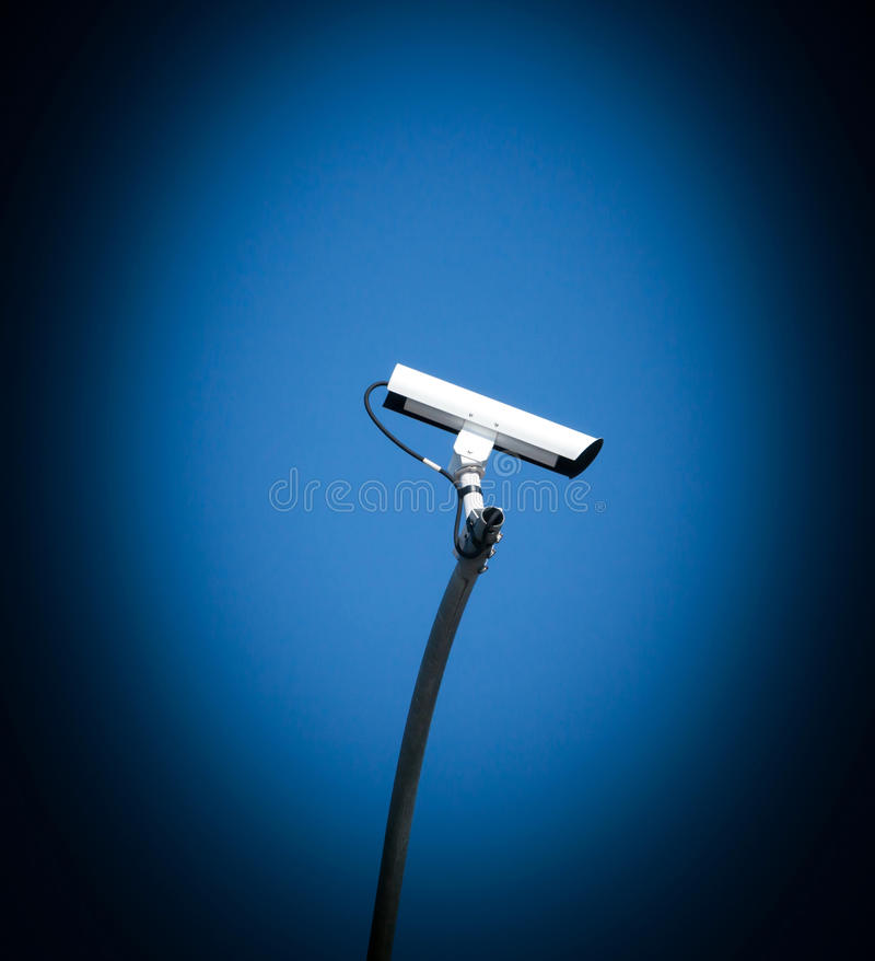 Säkerhetskamera, CCTV på bakgrund för blå himmel arkivfoto