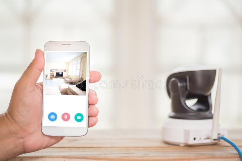 Säkerhetskamera på den Wood tabellen Ip-kamera arkivfoto