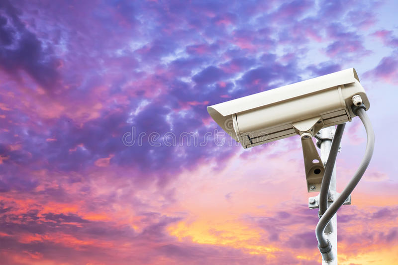 Säkerhetskamera på färgrik himmel royaltyfria foton