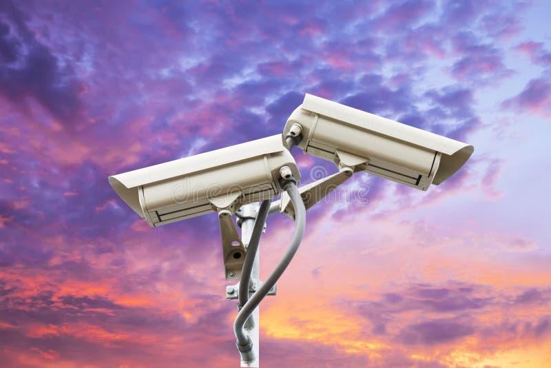 Säkerhetskamera på färgrik himmel arkivbilder