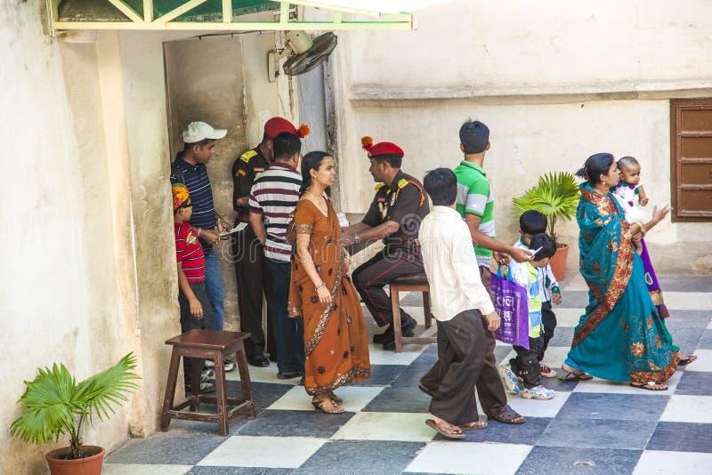Säkerhetskontroll på stadsslotten i Udaipur, Indien arkivbild