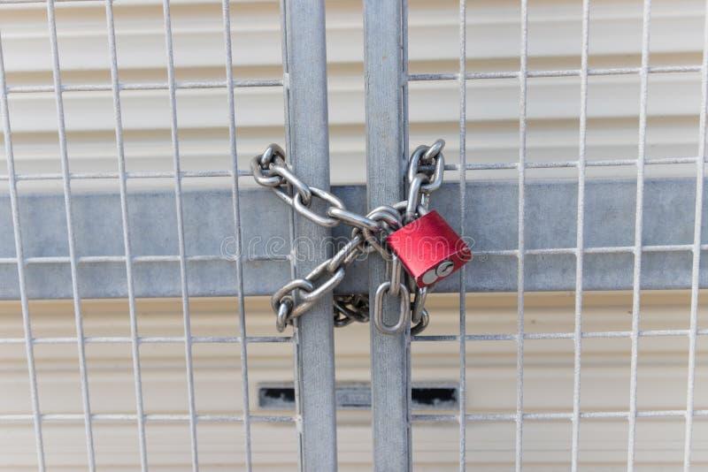 Säkerhetslås och kedja på staketet royaltyfria bilder