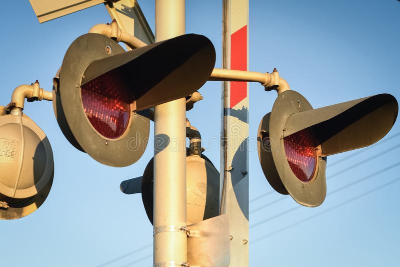 Säkerhetsljus på drevkorsningen arkivfoton