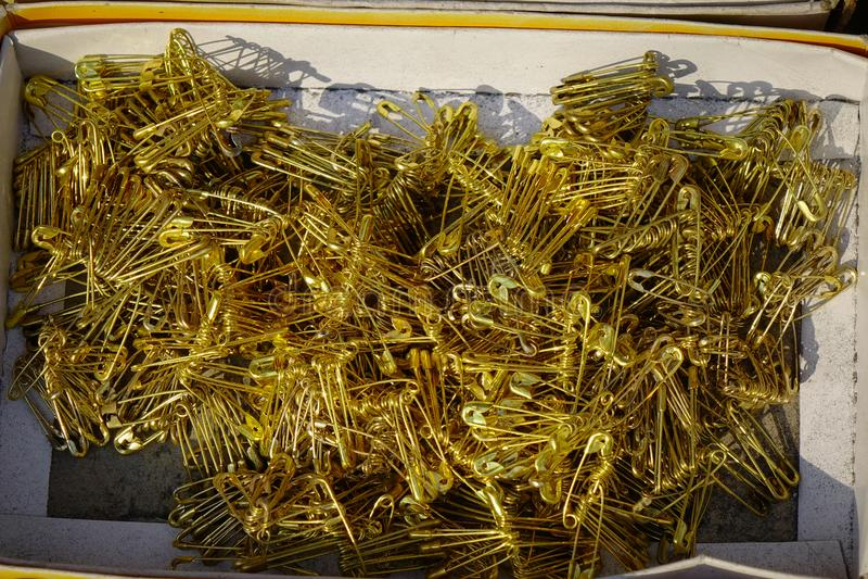 Säkerhetsnålar som är till salu på gatamarknaden arkivfoton