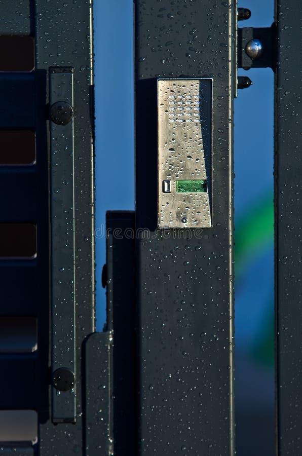 Säkerhetspanel på dörr royaltyfri bild