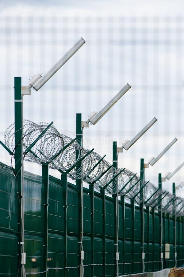 Säkerhetsstaket i fängelse royaltyfria bilder