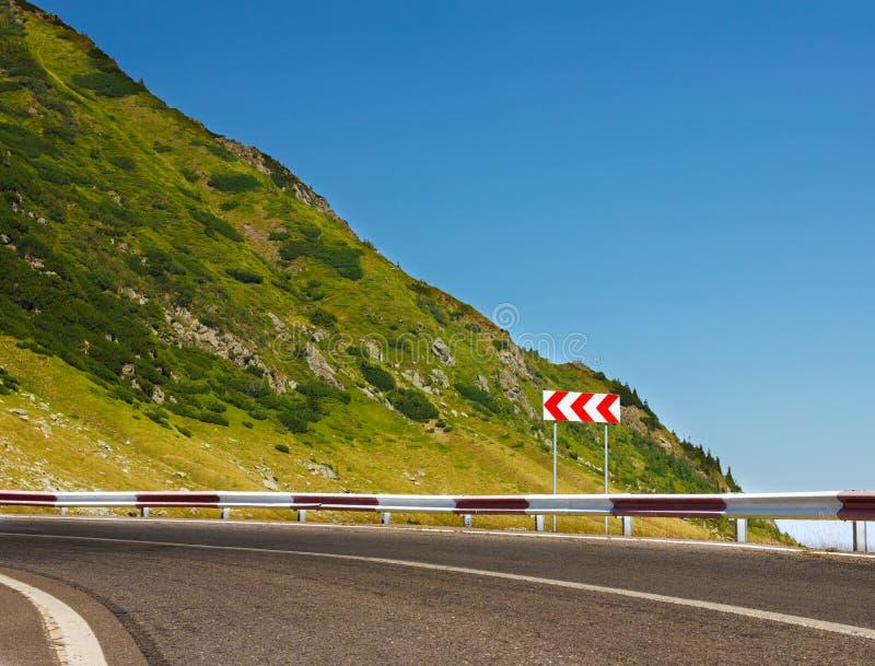 Säkerhetstecken på bergvägen royaltyfri bild