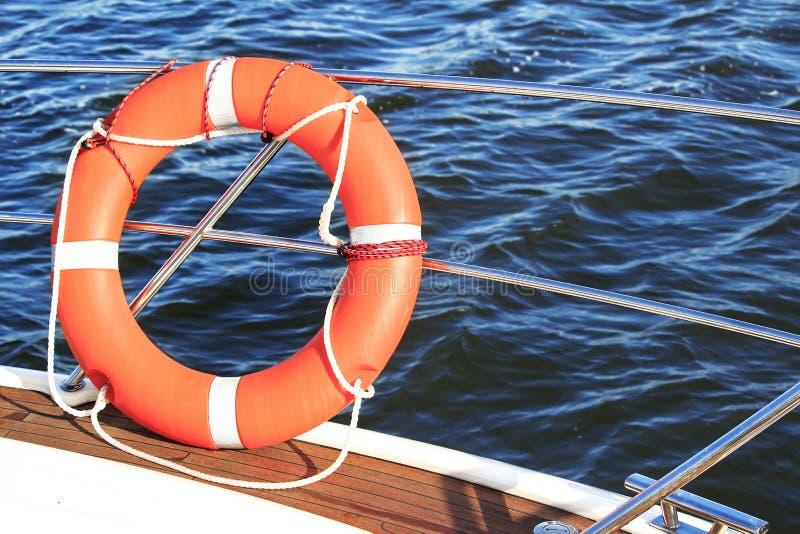 Säkerhetsutrustning på ett fartyg, en livboj eller en räddningsaktionboj som svävar på havet royaltyfri fotografi