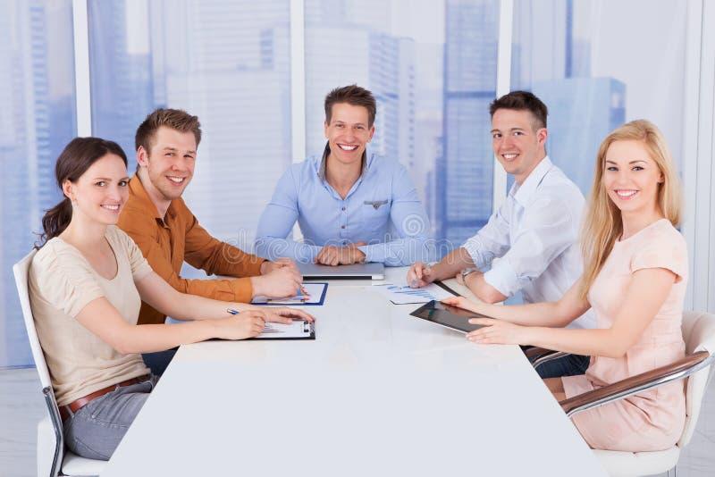 Säkert affärsfolk på konferenstabellen i regeringsställning arkivfoto