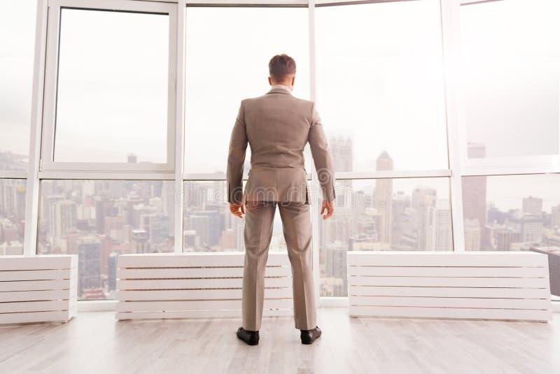 Säkert affärsmananseende i hans kontor royaltyfria foton