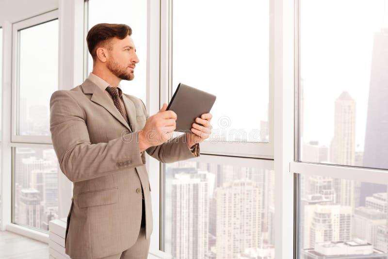 Säkert affärsmananseende i hans kontor royaltyfri foto