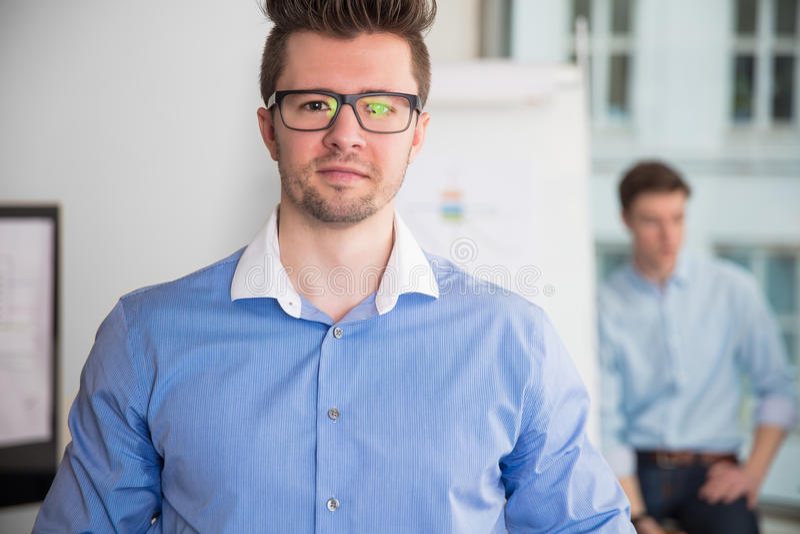 Säkert affärsmanWearing Eyeglasses In kontor royaltyfria foton