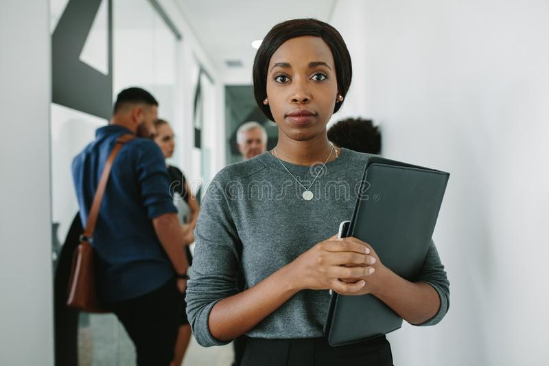 Säkert afrikanskt hall för kvinna i regeringsställning arkivbild