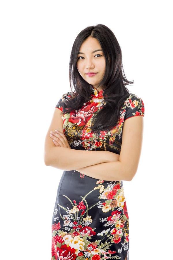 Säkert asiatiskt anseende för ung kvinna med korsade armar royaltyfri bild