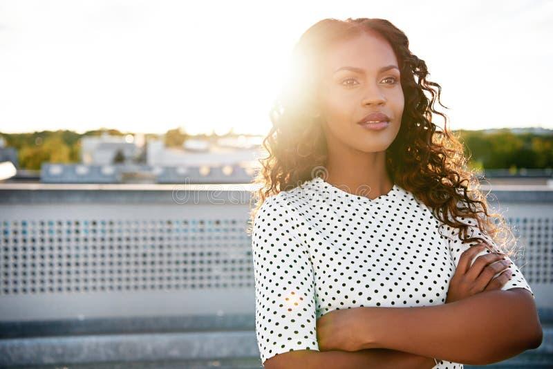 Säkert dagdrömma för anseende för ung kvinna arkivfoton