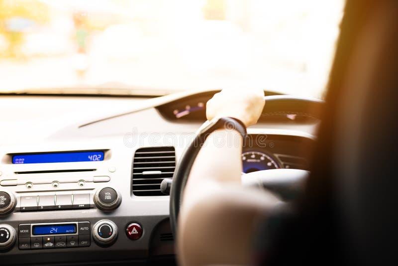 Säkert drev, hastighetskontroll och säkerhetsavstånd på vägen som säkert kör royaltyfria foton