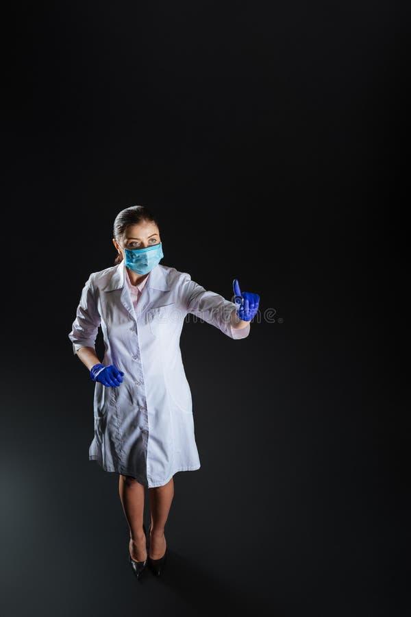 Säkert kompetent sjuksköterskaanseende och trycka på till den osynliga skärmen arkivbilder