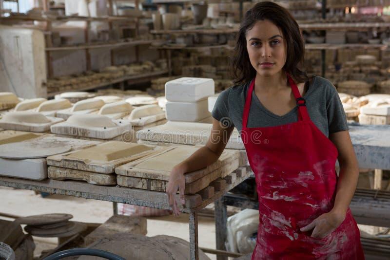 Säkert kvinnligt keramikeranseende i krukmakeriseminarium royaltyfri foto