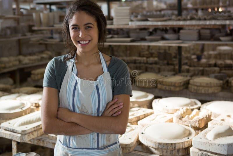 Säkert kvinnligt keramikeranseende med korsade armar arkivbilder