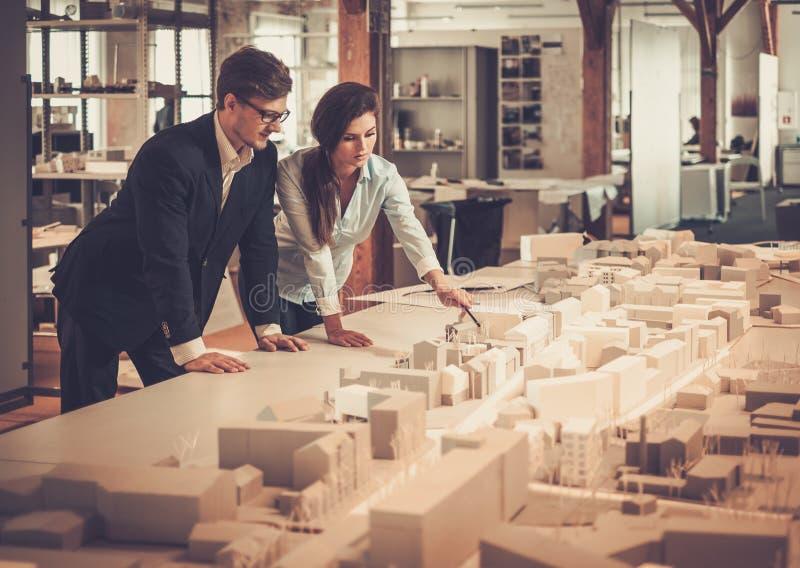 Säkert lag av teknikerer som tillsammans arbetar i en arkitektstudio royaltyfri foto
