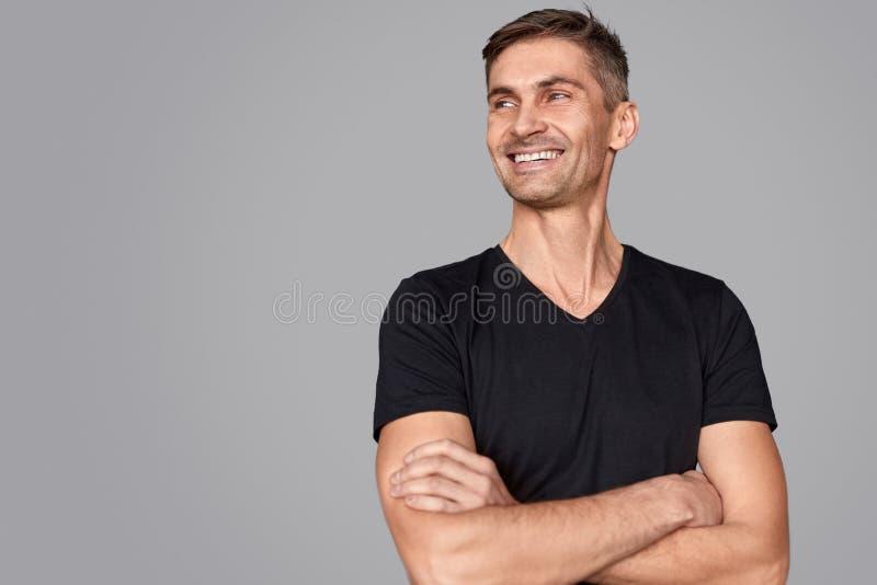 Säkert manligt le och se bort royaltyfria foton