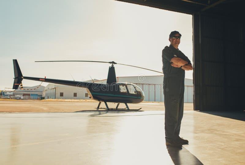 Säkert pilot- anseende i flygplanhangar royaltyfri foto