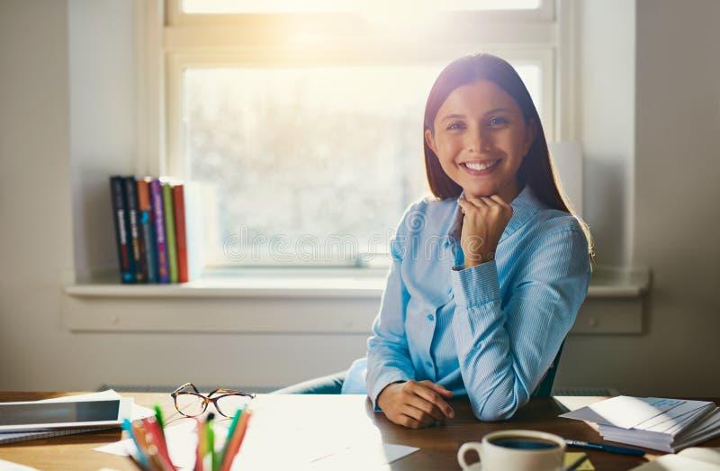 Säkert sammanträde för affärskvinna på skrivbordet arkivbilder
