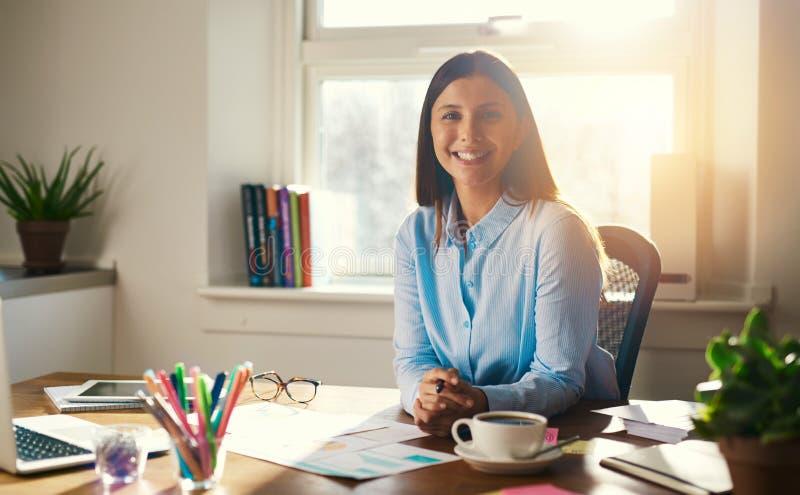 Säkert sammanträde för affärskvinna på skrivbordet fotografering för bildbyråer