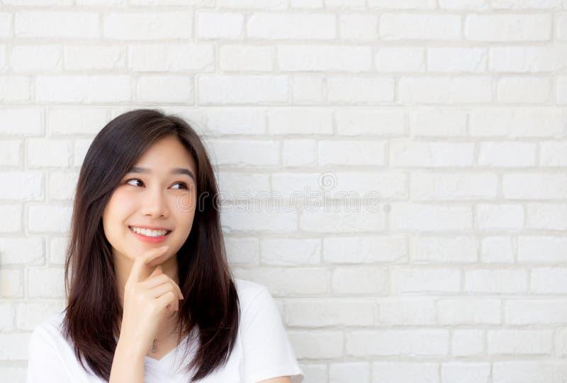 Säkert tänka för härlig kvinna för stående ung asiatisk med cement- och betongbakgrund arkivbild