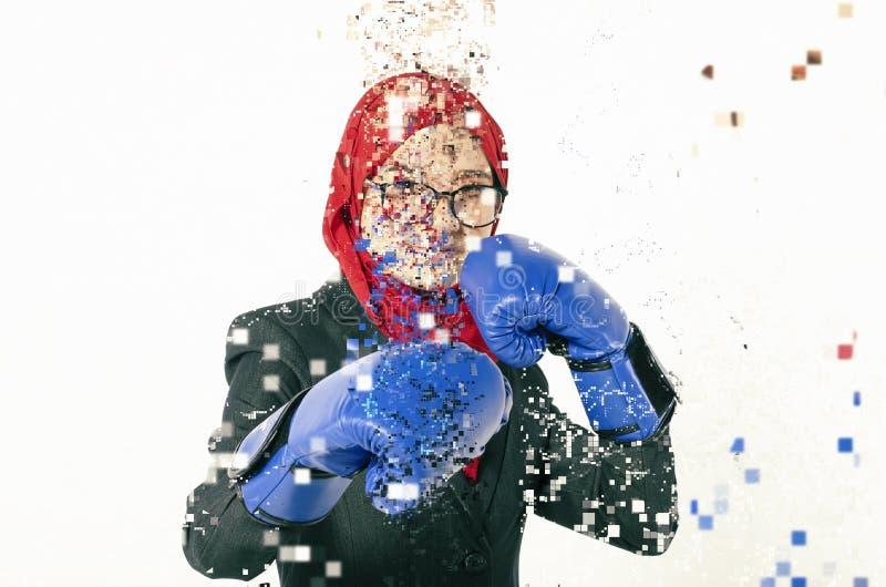 Säkert uttryck, ung affärskvinna med boxninghandsken dis royaltyfri fotografi