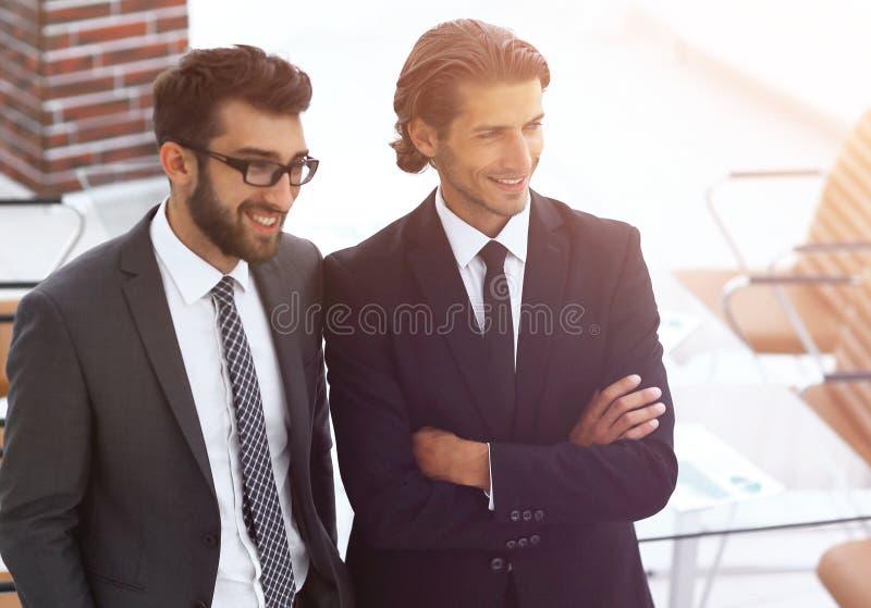 Säkra affärsmän som tillsammans i regeringsställning står royaltyfria foton