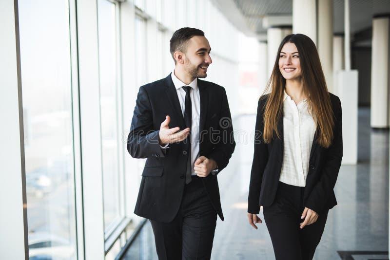 Säkra affärspartners som ner i regeringsställning går, och samtal royaltyfria bilder