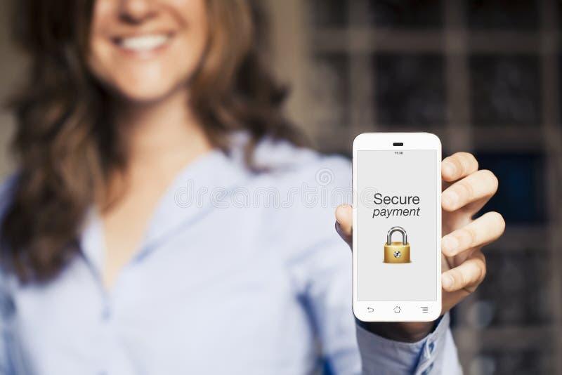 Säkra betalningmeddelandet Kvinna som visar hennes mobiltelefon arkivfoto