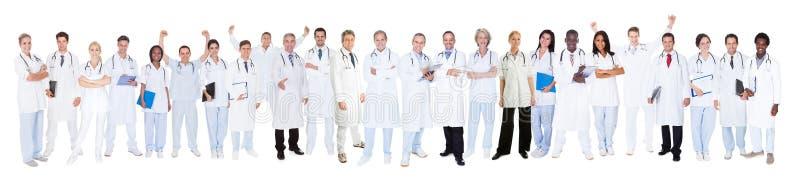 Säkra doktorer mot vit bakgrund royaltyfri fotografi