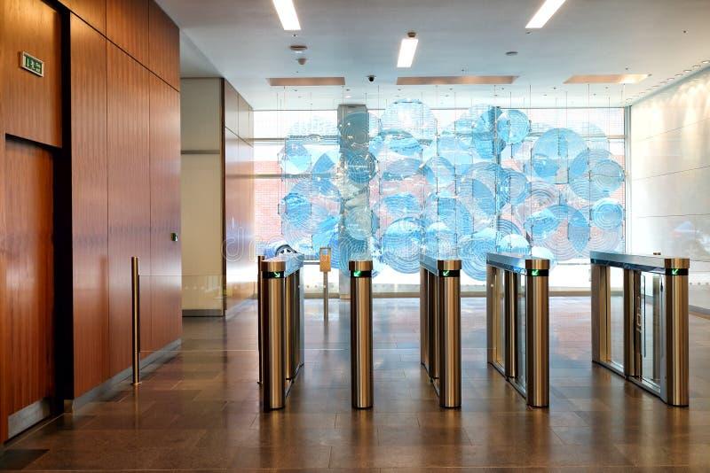 Säkra ingången, utgångsportar till en byggnad arkivbild