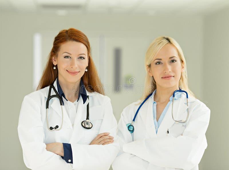 Säkra kvinnliga doktorer, sjukvårdprofessionell royaltyfria foton