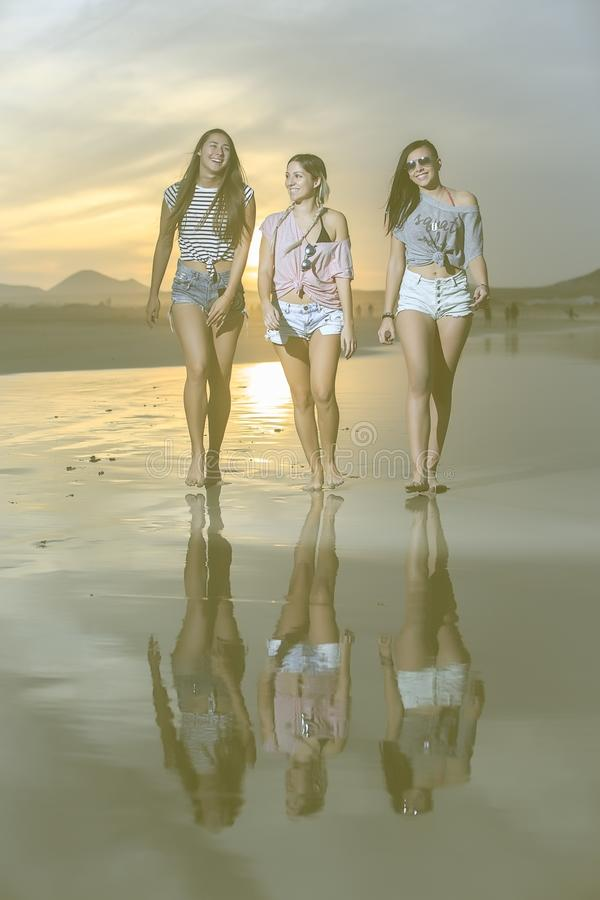 Säkra modeller på stranden för eveningï¿ ½ royaltyfria bilder