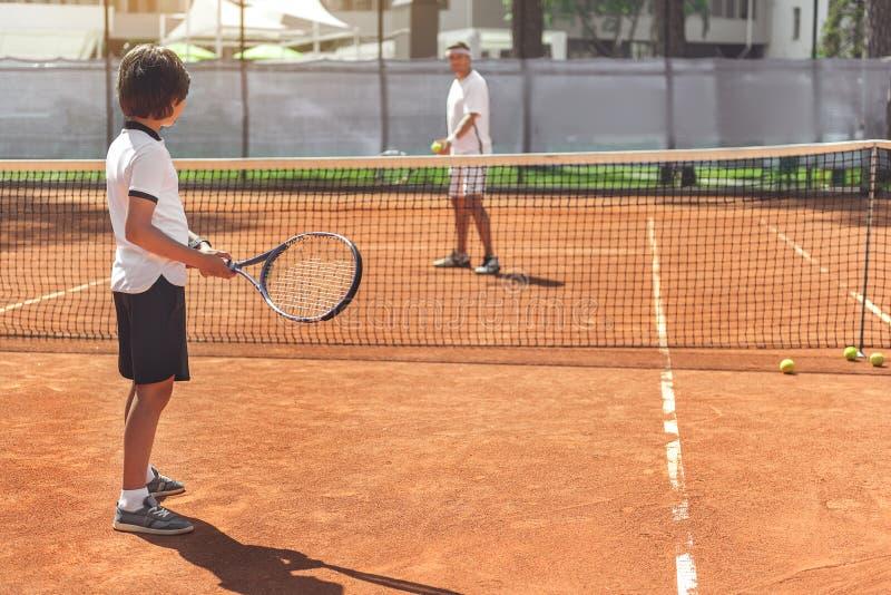 Säkra tennisspelare som är klara för lek arkivfoto