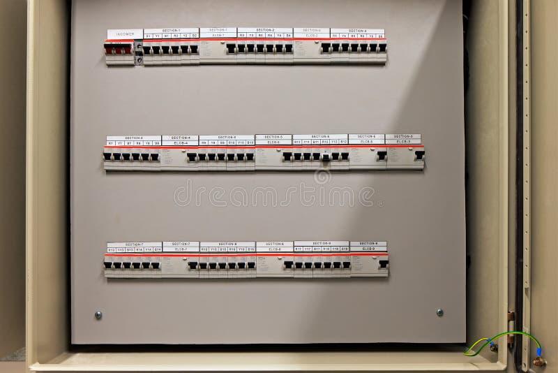Säkringskontrollbordask med tre rader av hängivna säkringar royaltyfria bilder