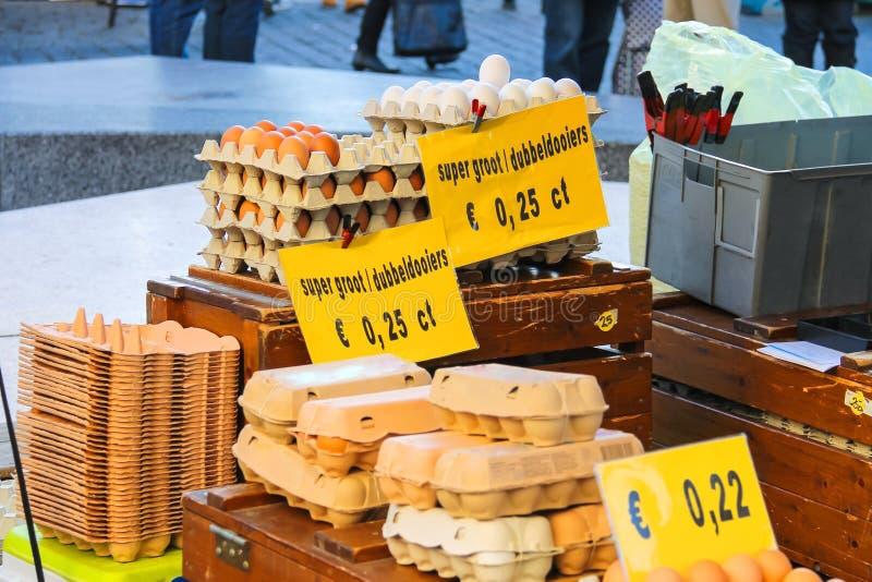 Sälja ägg i den holländska marknaden arkivfoton