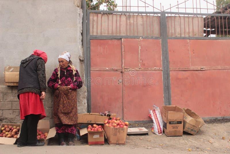 Sälja äpplen i gatorna royaltyfria foton
