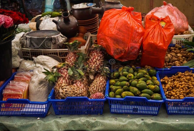 Sälja den olika sorten av örter och frukter på Pasar Minggu den traditionella marknaden i jakarta indonesia royaltyfri foto