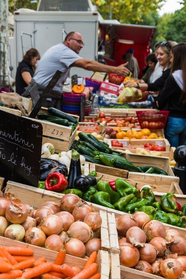 Sälja grönsaken på marknadsställe i Provence, Frankrike arkivbild