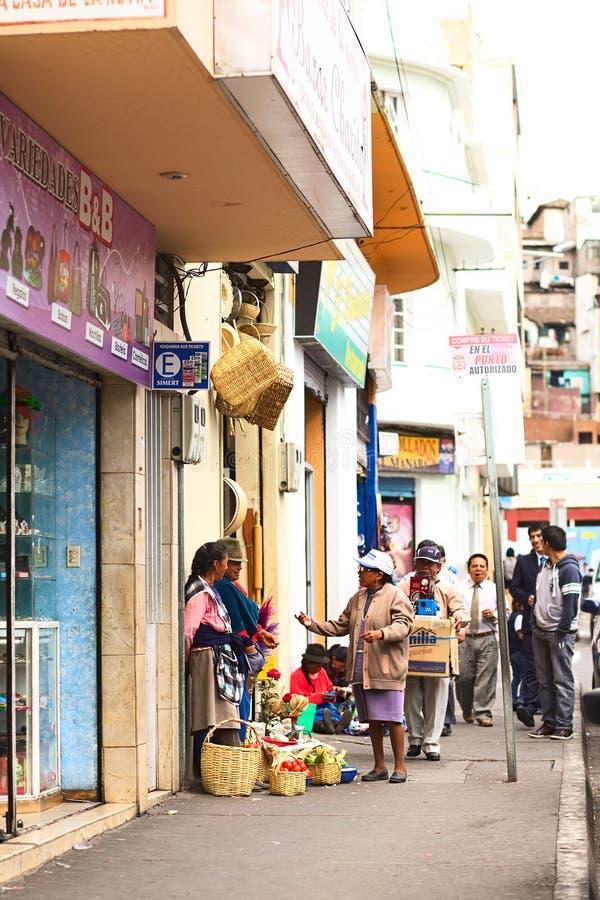 Sälja grönsaker i Ambato, Ecuador royaltyfri foto
